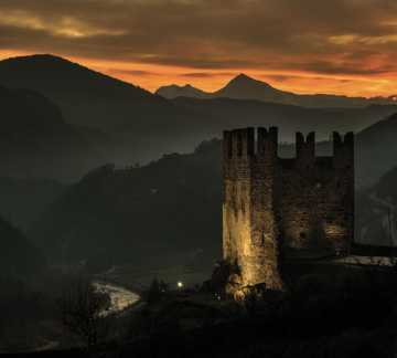 https://www.visitpinecembra.com/var/pinecembra/storage/images/_aliases/theme_holiday_small_image/5/8/4/0/485-3-ita-IT/castello-segonzano-tramonto.jpg - RP5